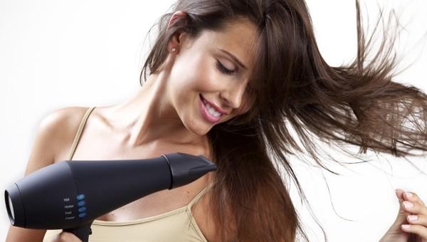 mulher-secando-o-cabelo-corretamente